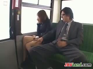 Japonská dívka sání kohout v the autobus