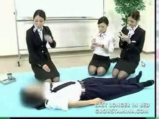 Japonesa hospedeira demonstrates proper cpr procedures part1