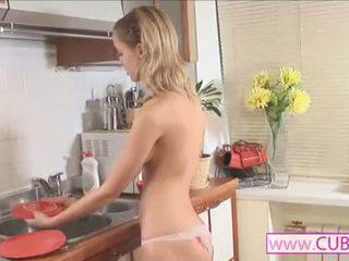 Seksuālā blondie pozējošas pie virtuve