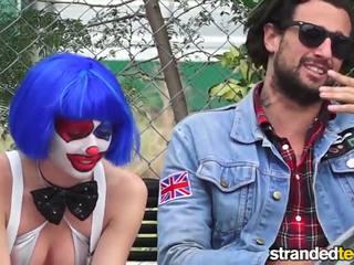 Strandedteens - 脏 小丑 gets 成 一些 好笑.