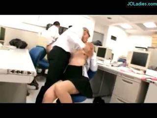Kancelář dáma giving honění připojenými opčními na kozičky stimulated s vibrators sání cocks fucked podle guys na the psací stůl v the kancelář