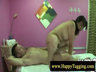 Groot mooi vrouw aziatisch massage bespringen