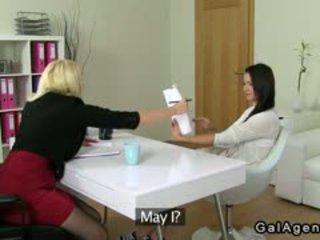 Amateur serveerster licks rondborstig female agent op casting