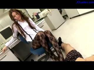 Kancelář dáma v panthose getting ji prsty sucked giving nohapráci zatímco sitting na the židle v the kancelář