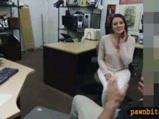 Customers esposa fodido por pervert pawnkeeper em o sala de arrumos