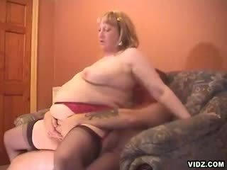 Fatty oldy performans right there in the couch