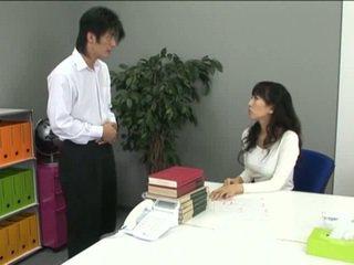 Asijské kancelář dívka v punčocháče a ji coworker