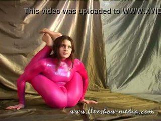 Contortionist marina twists viņai ķermenis uz a seksuālā gumija bodysuit