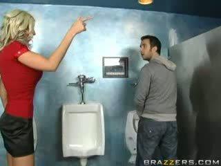 Pijane mamuśka sucks w toaleta!