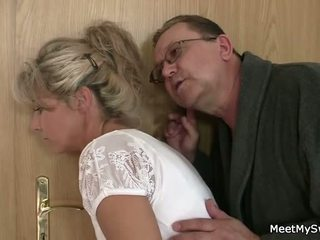 Lui leaves e vecchio parents seduces suo yummy gf
