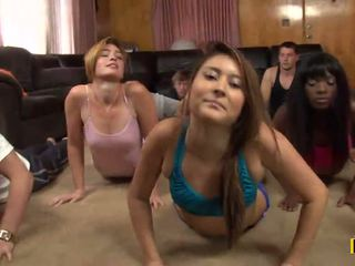 Yoga klasė yra cancelled kaip a daffy xxx vakarėlis yra taking vieta