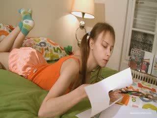 Aranyos barátnő doing szemérmetlen homework