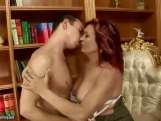 Gjoksmadhe gjyshja enjoys nxehtë seks