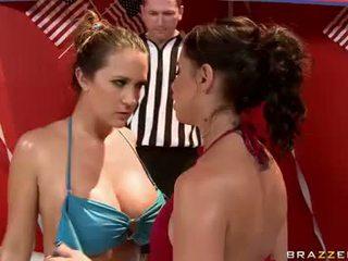 Sweaty امرأة سمراء hotties في bikinies having حار مثليه كاتفيغت