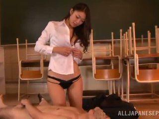 Reiko kobayaka बनावट निकल nearby उसकी आदमी और licks उसके meat डंडा
