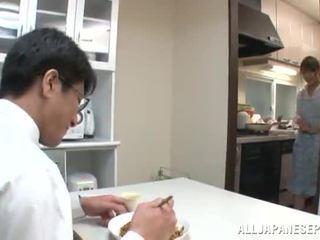 Maika pleases jotkut lad pyöreä a kiva niellä sisään the keittiö
