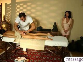 Groß titten mutter und teen mädchen massage und dreier sex im die spa