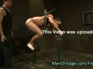 Związanie do a metal device gej tyłek flogged