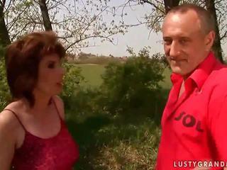 Quente avó gets fodido difícil ao ar livre