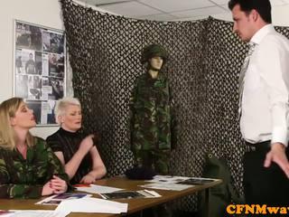 Dominação feminina exército milf holly kiss tugs recruta