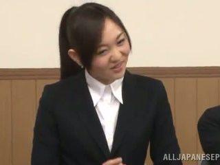 Japoneze female gives një cocksuck në the presence i të saj zoçkë
