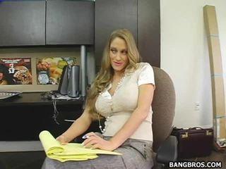 Secratery seducing viņai boss