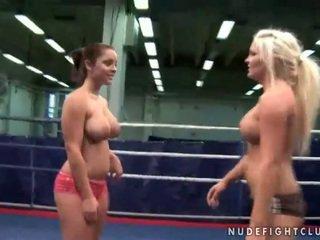 Nerātnas krūtainas meitenes fighting