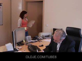 Jaunas nešvarus assistant dulkinimasis jos senas bosas