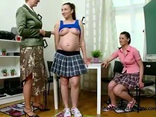 Embarazada estudiante y su amigo llegar taught lesbianas juegos por su traviesa viejo profesora