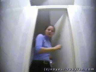 Jong meisje taking een piss