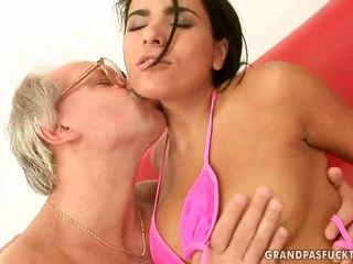 Mooi tiener enjoys seks met gelukkig grootvader