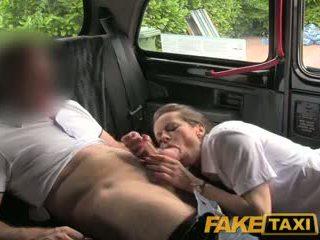 Faketaxi seksuālā brunete middle vecie sievietes uz zeķe un suspenders