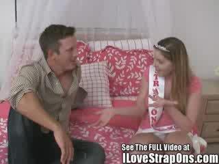 Brandon gets 他的 可爱的 virgin 屁股 性交 由 该 strap 上 公主