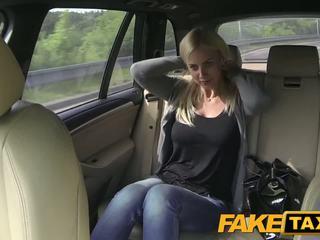 Fake taxi besar tetek dan besar curvy tubuh sucks titit