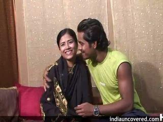 První pohlaví na camera pro roztomilý indický a ji hubby