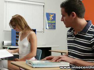 Innocent thiếu niên takes con gà trống trong các classrom