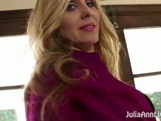 Gros seins blonde milf julia ann plays avec son humide chatte!