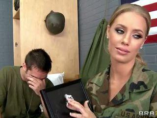 Militær babe nicole aniston knullet i camp video