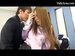 Bystiga flicka i rosa shirt och strumpbyxor getting henne fittor licked fingered på den offices reception giving avsugning
