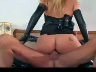Bela female policial a foder em luvas e meias longas