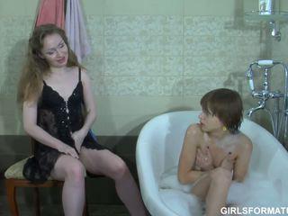 Two أقرن مثليات لعب مع كل آخرون muff في حمام