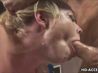 Sexy blondine gives een groot pijpen