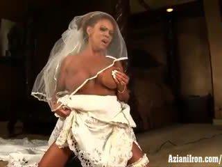 Aziani залізо зріла female bodybuilder rides вібратор в весілля плаття