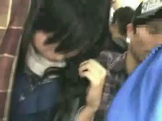 Aluna apalpada por stranger em um crowded comboio 08