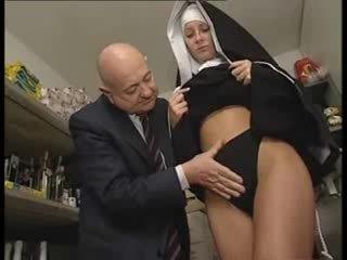 Italienska latina nuns misshandlade av smutsiga gammal människa