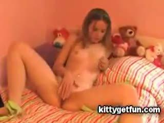 Kitty llegar diversión: monada adolescente masturbates en este gratis canal vídeo