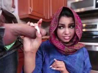 Brunetka arab ada jest filled z sperma