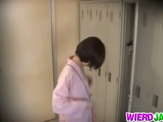 Wierd japonsko: chutné ázijské babes getting ich prsia examined.