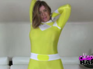 De mighty morphin yellow vermogen ranger is hier. en ze is