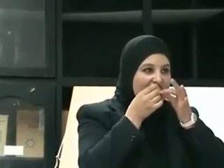 Arab meitene puts prezervatīvs no mute